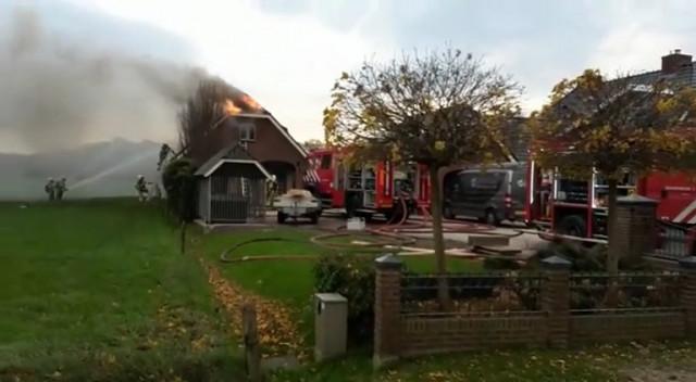 De Schuur Kootwijkerbroek : Ede brandweer redt kalveren uit brandende schuur
